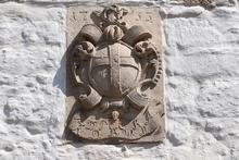 Wappen im Klosterhof Hedersleben
